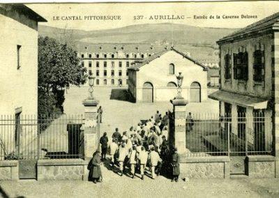 Carte postale de l'entrée de la caserne Delzons